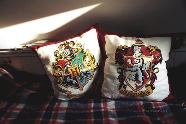 where dwell the brave at heart, aliciasivert, alicia sivertsson, little mojo, cross stitch, needlework, harry potter, embroidery, gryffindor, hogwarts, pillow, pillows, fanart, handicraft, craft, korsstygn, broderi, korsstygnsbroderi, kudde, kuddar, sömnad, pyssel
