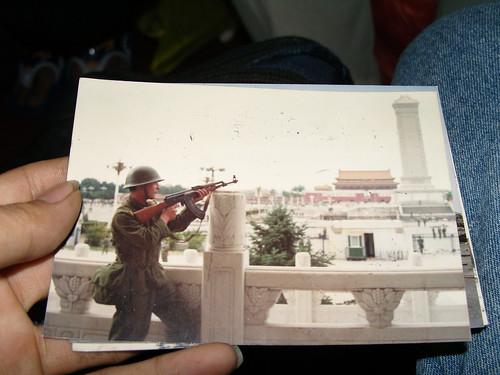 一九八九年六月五号一个不知名战士在天安门广场的行为艺术。