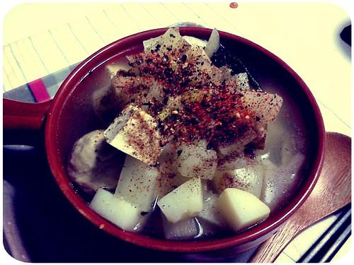 晚餐 ::: 馬鈴薯+洋蔥+白蘿蔔+海帶結+百頁豆腐+貢丸之黑胡椒清湯鍋 by 南南風_e l a i n e