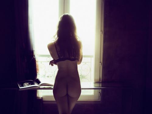 Mulher nua à janela