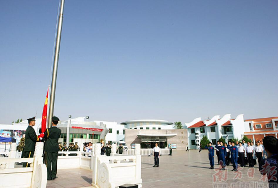 三名航天员(估计是正选组三人)向国旗宣誓