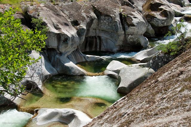 La erosión del agua ha creado pozas y curiosas formas en la roca