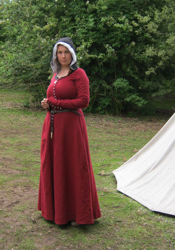 Red woollen kirtle | The Midgard Seamstress www facebook com
