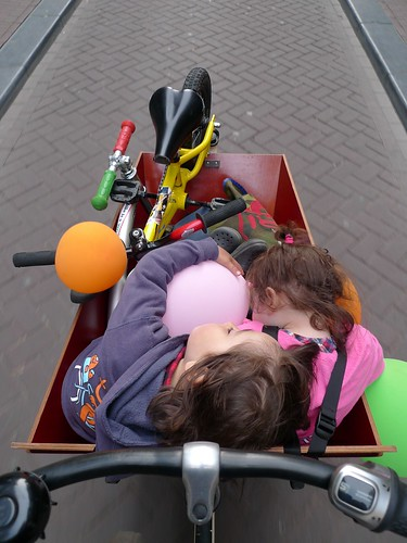 damstraat-bakfiets-kids-sleeping-balloons-bikes
