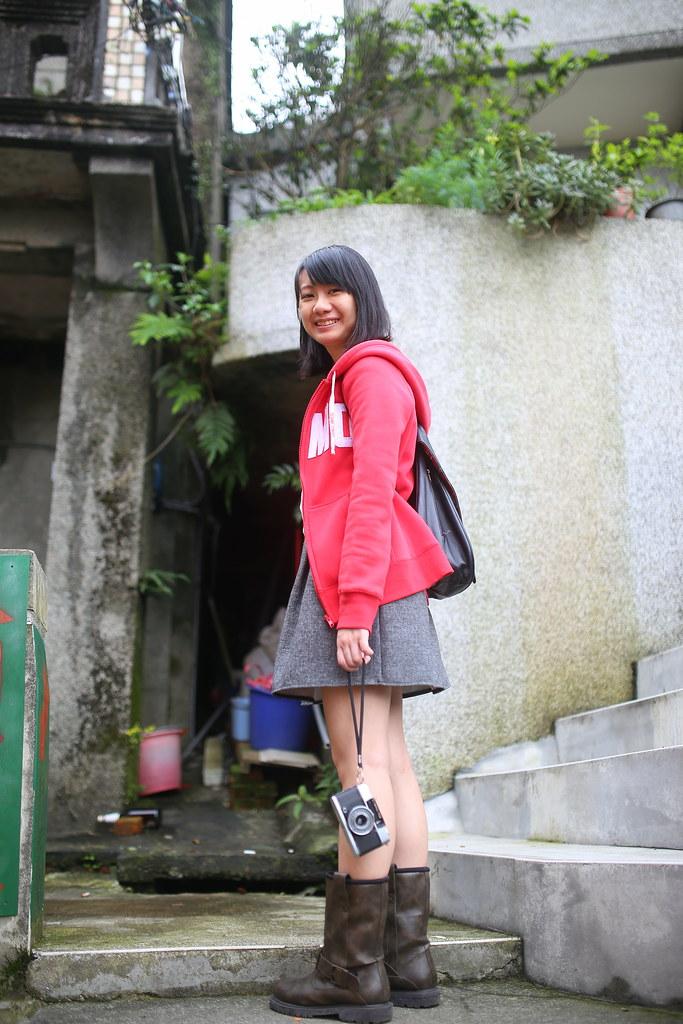 九份 Taipei, Taiwan / Sigma 35mm F1.4 / Canon 6D 以前很愛拍直立的構圖,但現在直立構圖放在 flickr 上面就小小的一張,有點不好觀賞。  本來這張只有拍相機和腳的部分,但效果有點怪怪的,那就退到後面用仰角的方式拍一張這樣,妹妹看起來比較高。  Canon 6D Sigma 35mm F1.4 DG HSM Art IMG_8233 2016/05/01 Photo by Toomore