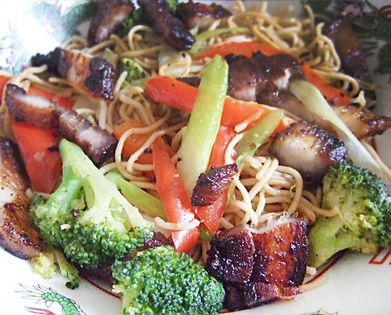 Bami met groenten en gemarineerd spek