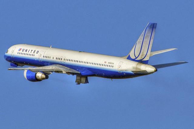 United Airlines Boeing 757-222 (N562UA)