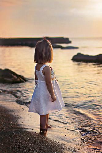 無料写真素材, 人物, 子供  女の子, 人物  海, 人物  後ろ姿