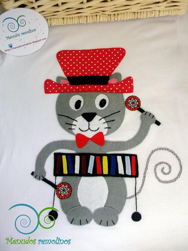 Camiseta gato tocando el xilófono