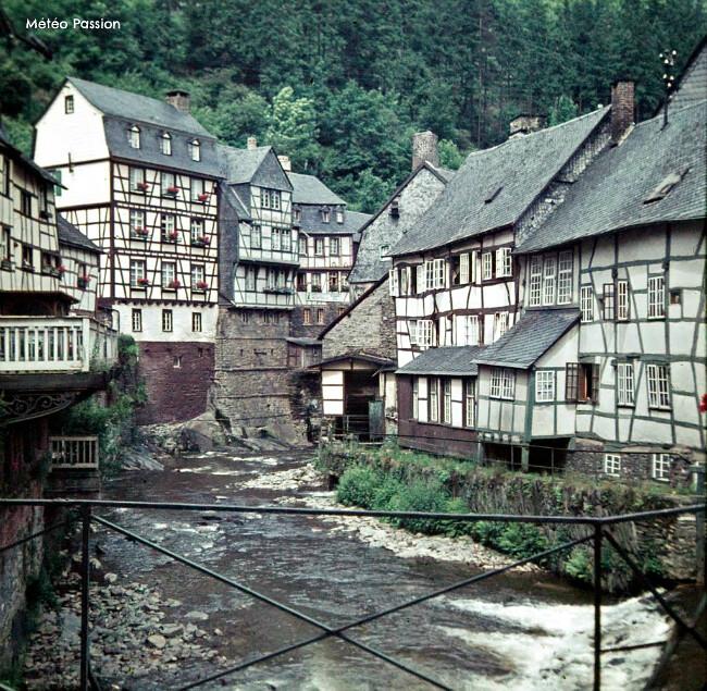 Monschau, village allemand dans la fraîcheur du début du mois de juin1962 météopassion