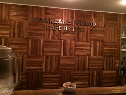 居抜きなので以前のカフェの壁のままみたい@スワンレイクパブエド 渋谷代々木上原店