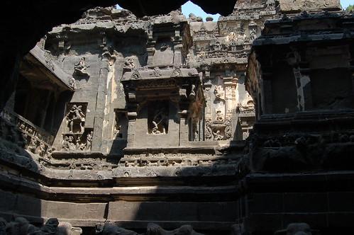 Einige Abbildungen von tantrischen Praktiken an der Wand des Tempels
