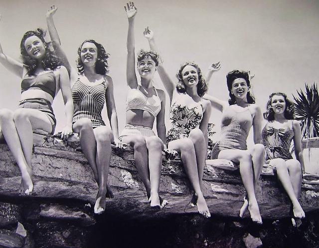 vintage beach babes wave