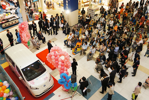 イオンモール浦和美園でイオンネットスーパー「e-NV200」テストカー 発進式 2012年5月15日