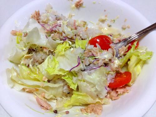 チリソースがけ生野菜のせご飯をよく混ぜると!うまいっ!またて けとーなもので感動してしまった(笑)