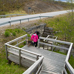 Huoltotien tukevaa siltaa tutkimassa