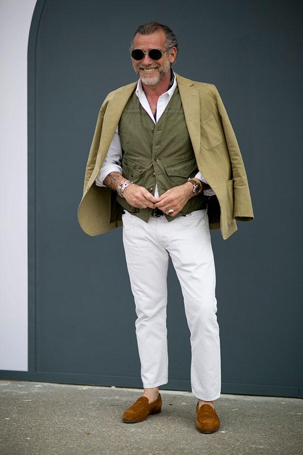 ライトグリーンテーラードジャケット×カーキベスト×白シャツ×白パンツ×キャメルスエードコインローファー