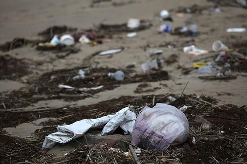 磺溪口的塑膠垃圾。(賴心萍攝。)