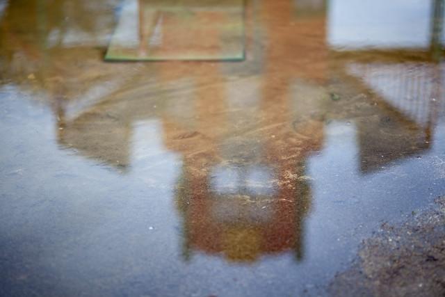 水たまりに映り込むロボット