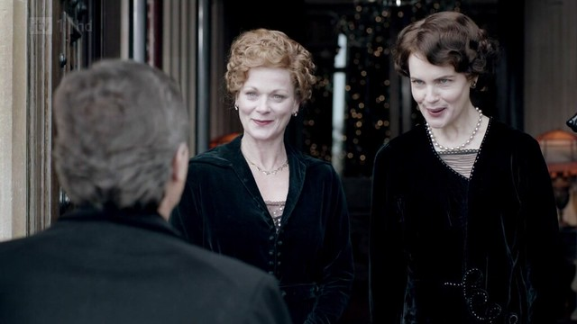 DowntonAbbeyS02E09_RosamundCora_black_greeting