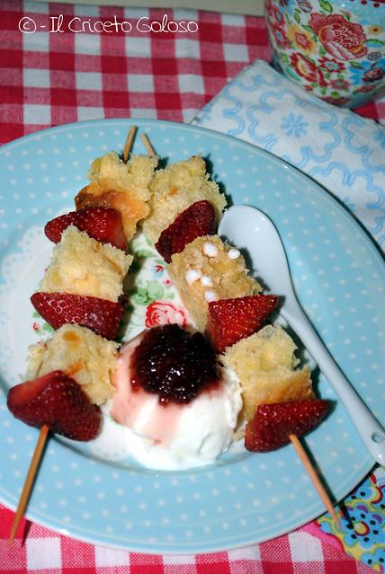 Spiedini di colomba e fragole con gelato alla vaniglia e confettura di rose 2