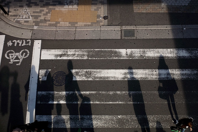 横断歩道の影絵