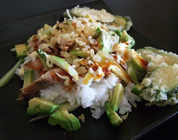 Sushi rijst met makreel, komkommer, avocado en tempura courgette