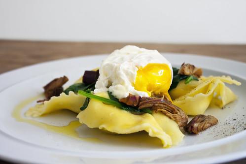 pochiertes Ei auf Zitronen-Ricotta-Ravioli mit Artischocken und Spinat