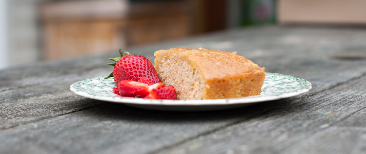 Spelt yogurt cake with strawberries