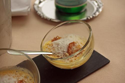 Panade d'œuf, chips de pommes de terre et crumble de lard