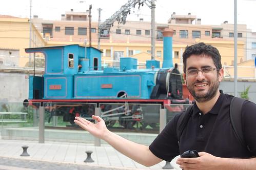 Foto del autor del blog con la locomotora Tárraco. Ubicada en el barrio del Serrallo (Tarragona)