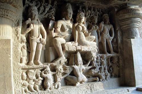 Relief mit Shiva und Parvati im Berg Kailash. Der Dämon Ravanna schüttelt den Berg und versucht einen Lingam zu stehlen. (Szene aus dem Ramayana)