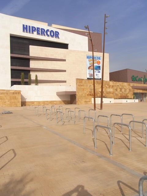 Aparcamiento para bicicletas en el Hipercor de Córdoba.