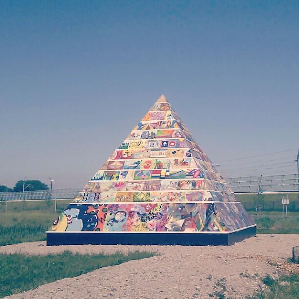 kleurrijke piramide ergens langs Zoetermeer
