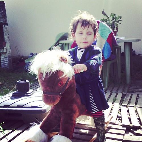 On a cédé, elle a enfin son cheval à bascule notre bébé. #ourlittlefamily #france