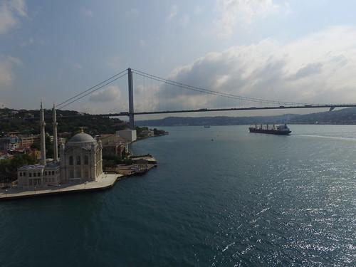 A tipikus látkép egy kicsit másképpen: Ortaköy Camii (Iszlám), Boszporusz-híd (a két kontinens összekötve), no meg egy hajó (ez sok mindent jelképezhet).