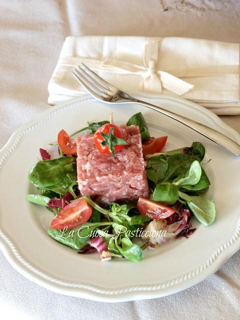 Tartare di pesto di salame con erbette fresche dell'orto