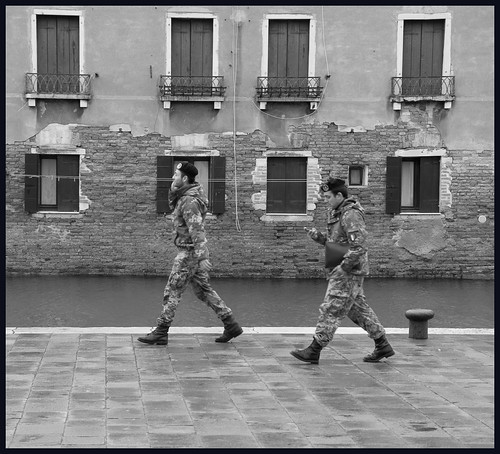 militairen in Venetië by hans van egdom