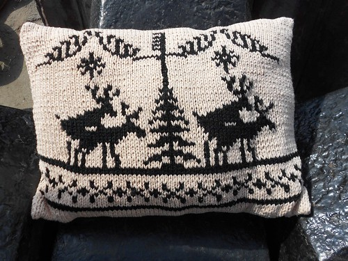 неприличная связанная жаккардом подушка с оленями | Хорошо.Громко.