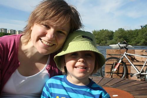 Mamma och Ava i Hornsbergs strandpark