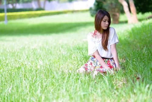 無料写真素材, 人物, 女性  アジア, 女性  座る, 人物  目を閉じる, 人物  草原, 台湾人