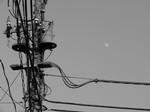 真昼の月を撮ろうと……でも見にくい
