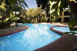 El hotel cuenta con piscina y otras instalaciones de ocio y recreo.