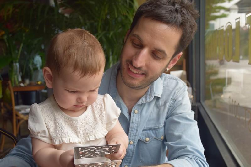 Eva y Dani jugando.