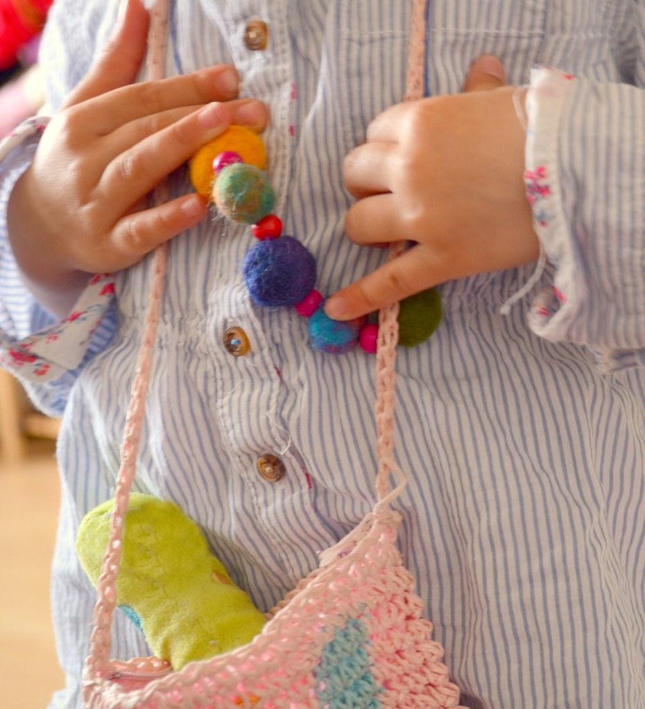 Ihr liebstes Accessoire, die Halskette die wir bei Frau Unkreatiiv gemacht haben.