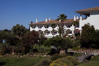 El resort está integrado en una zona verde.