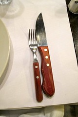 tool(1.0), kitchen knife(1.0), knife(1.0), tableware(1.0), cutlery(1.0),