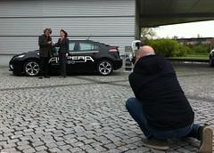 Reinhold Messner und Imelda Labbé, Exekutiv Direktorin Verkauf, Marketing & Service, vor dem Ampera