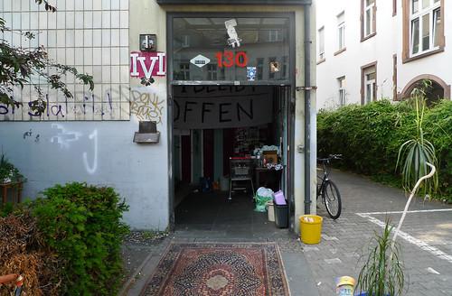 Aufgebrochene Eingangstür am IVI - Mai 2012
