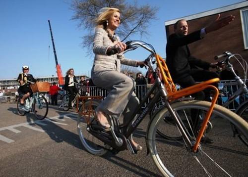 荷蘭王妃Maxima和官員、警察們全部都騎著Gazelle皇家自行車出巡